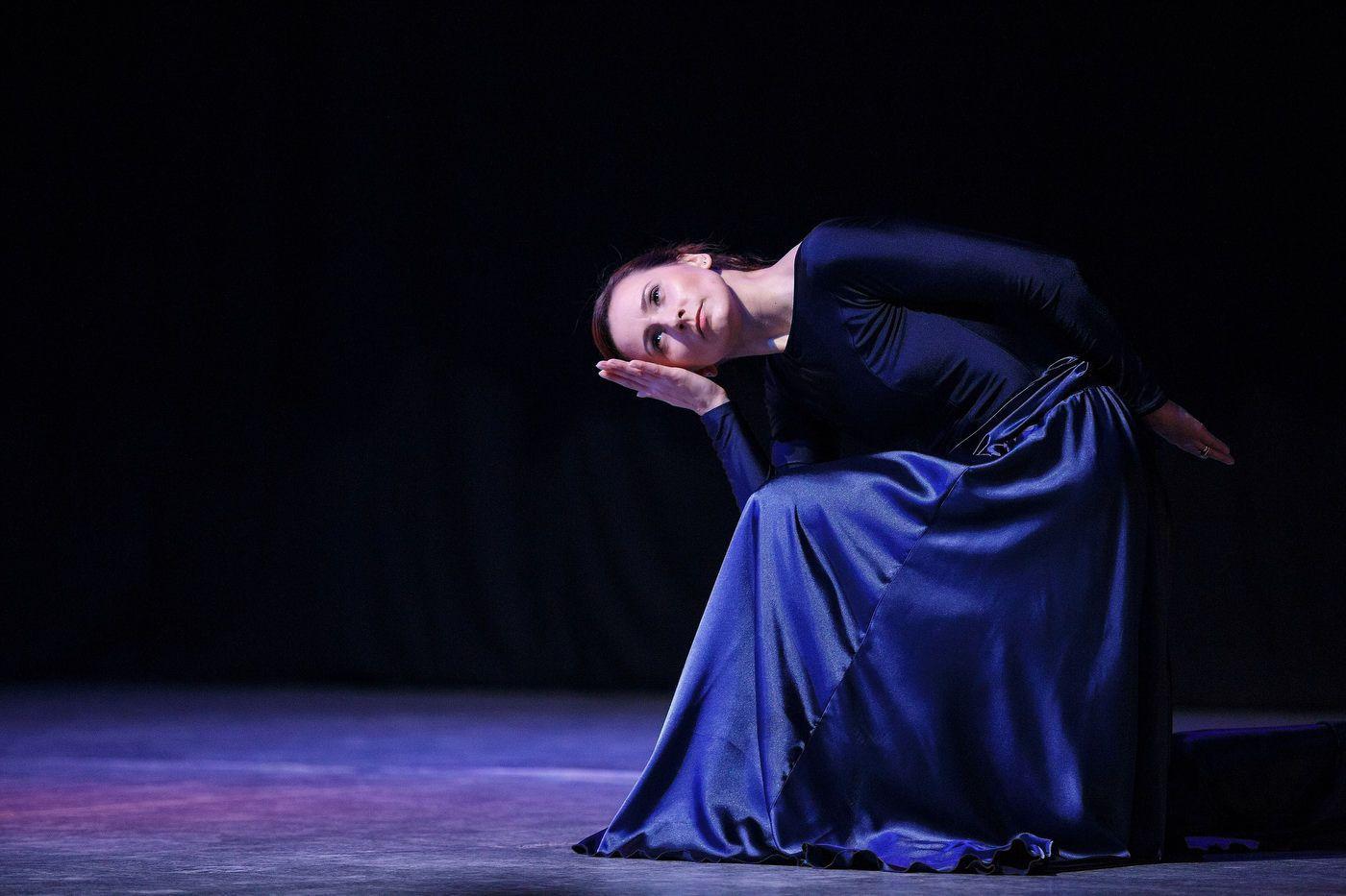 Scenă de balet contemporan