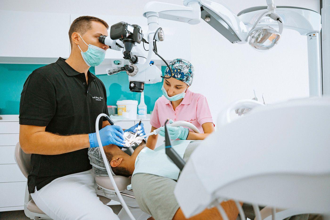 Clinica medicala stomatologi alaturi de un pacient