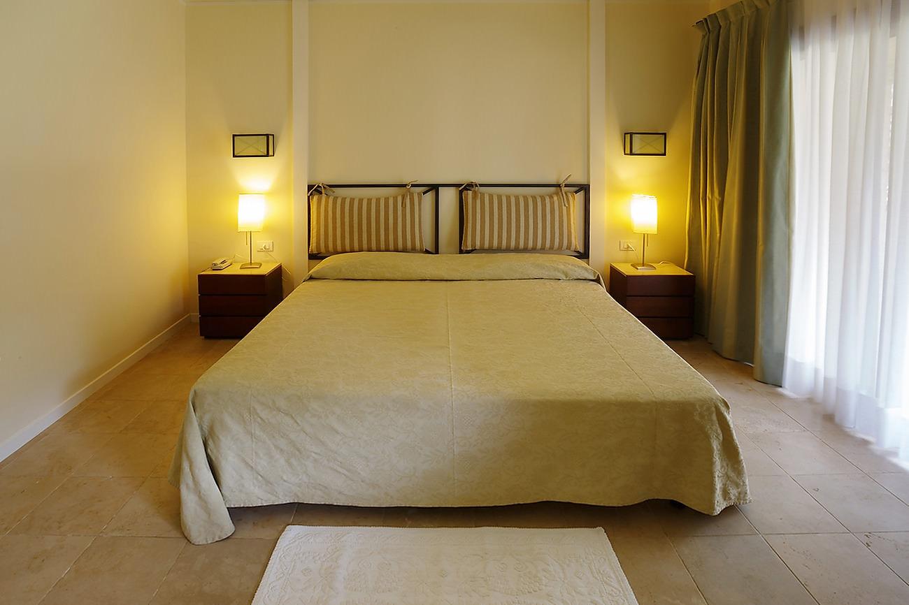 Camera de hotel cu pat matrimonial