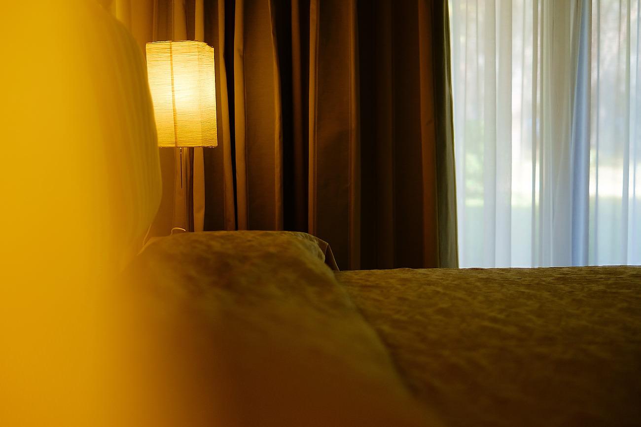 Lampa aprinsa in camera de hotel