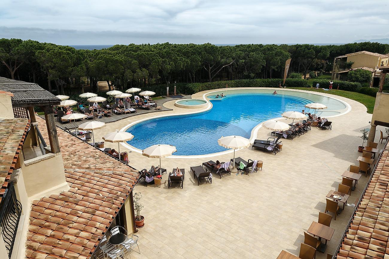 Imagine de sus cu piscina hotelului