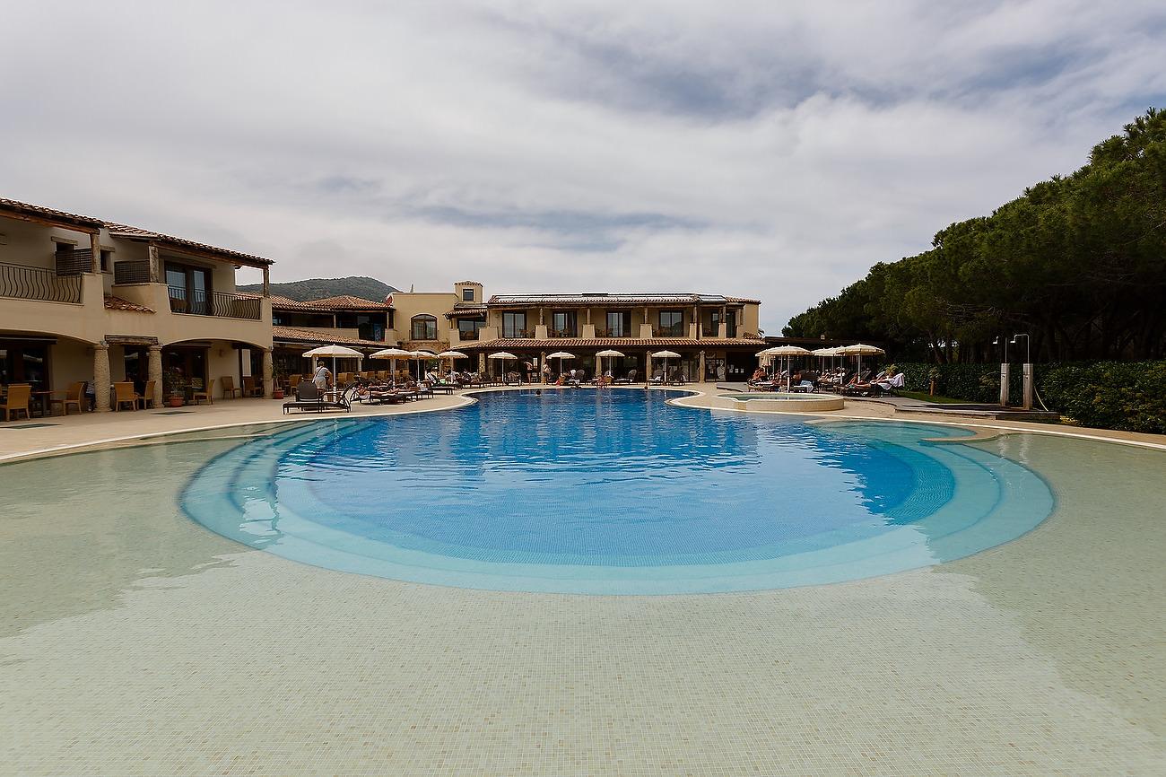 Fotografie larga cu piscina idin spatiul hotelului