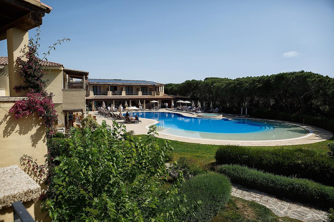 Imagine de ansamblu cu piscina si padre hotelului