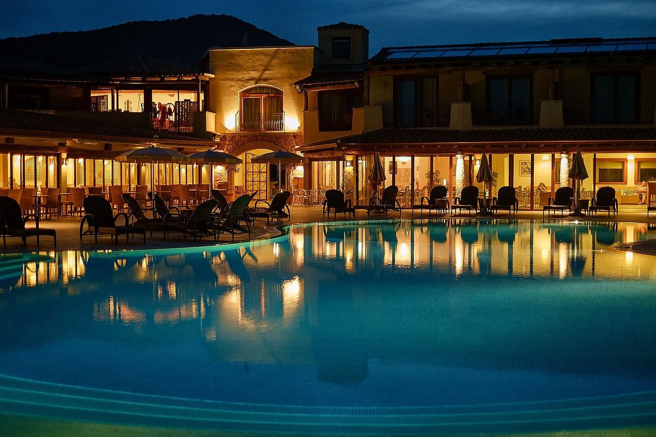 Imagine nocturna cu hotelul